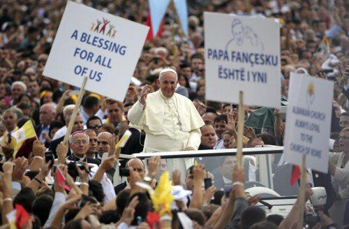 Jubel in Tirana für Papst Franziskus bei seiner ersten Europareise außerhalb des Vatikans.  FOTO: REUTERS