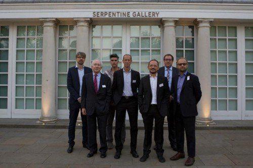 Jürg Zumtobel mit den Gewinnerstudios in allen drei Kategorien nach der Preisverleihung in London.  Foto: Zumtobel