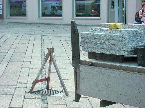 Kanalgitter müssen nach Verlegung neuer Platten neu gelagert werden.  Foto: HA