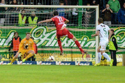 Kapfenbergs Philipp Wendler (Mitte)scheitert an Austria-Keeper Christopher Knett. Foto: gepa