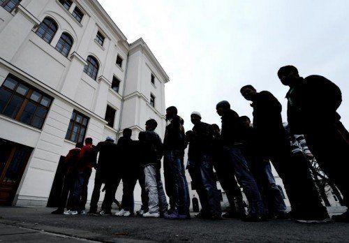 Kein Platz für Asylwerber: In Salzburg wurden sie nun in einem Turnsaal der Landespolizeidirektion untergebracht.  FOTO: APA