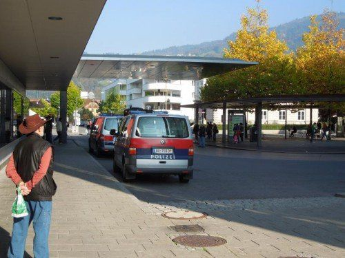 Kein ungewohntes Bild auf dem Bahnhofsgelände in Dornbirn: Einsatzwagen der Polizei, die hier öfters einschreiten muss.  Foto: Thurnher