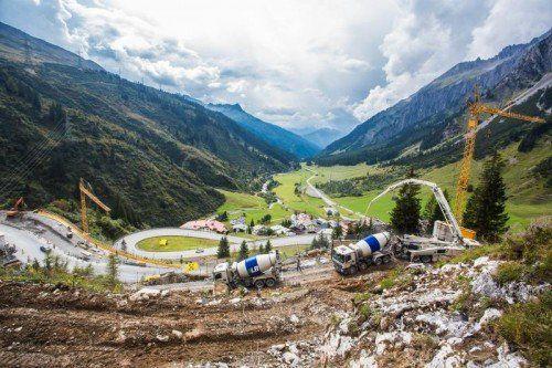 Läuft auf Hochtouren: Straßenneutrassierung am Arlberg.