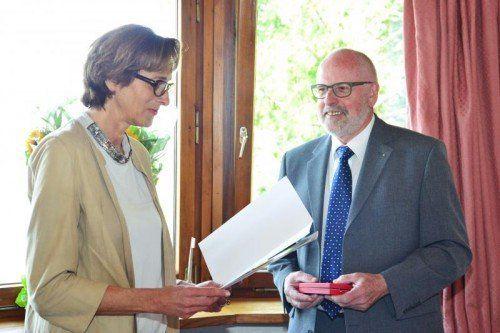 Landesrätin Mennel überreichte Herbert Hug die hohe Auszeichnung.  Foto: VLK