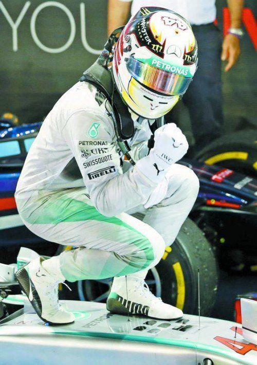 Lewis Hamilton in Siegerpose – der Brite dominierte den Grand Prix in Singapur. Foto: apa