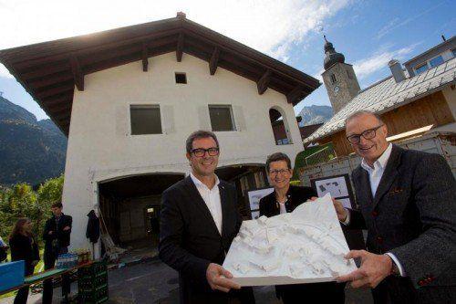 Ludwig Muxel (r.), Bernhard Ölz und Greti Schmid vor dem Abbruchhaus. In der Hand halten sie ein Modell des neuen Ortskerns.  Foto: vn/kh