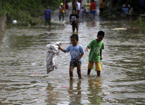 Menschen brachten sich vor den Wassermassen in Sicherheit.