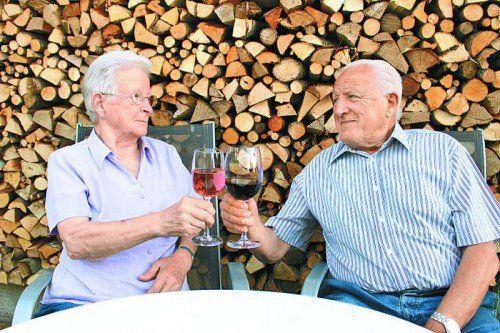 Mit einem Glas Wein wurde auf die 50 Ehejahre und den 80. Geburtstag angestoßen. fotos: privat