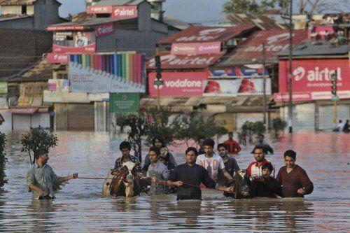 Monsunregen setzte große Teile Srinagars unter Wasser – in einigen Gebieten stand gestern das Wasser bis zu vier Meter hoch.  Foto: AP