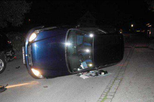 Nach dem Aufprall kam der Pkw seitlich liegend zum Stillstand. Der Lenker blieb unverletzt.  Foto: Polizei