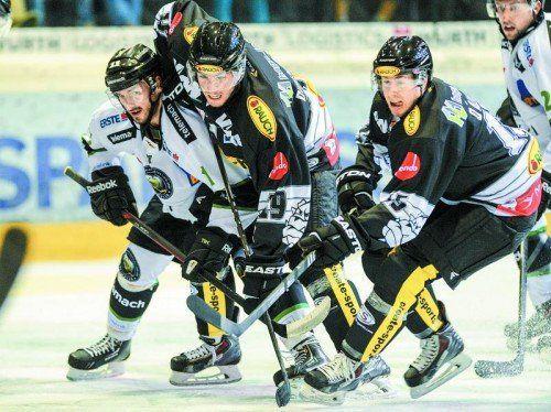 Nach Laibach – im Bild Ziga Grahut – wollen Justin DiBenedetto und seine Bulldogs-Kollegen heute die Vienna Capitals vom Eis arbeiten. Foto: gepa