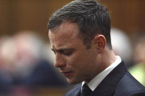 Oscar Pistorius weinte, als Richterin Thokozile Masipa überraschend den Vorwurf des vorsätzlichen Mordes ausräumte. Foto: Reuters