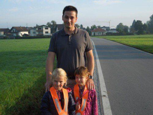 Pierre Jäger wünscht sich für seine beiden Töchter Lorena und Eva endlich einen sicheren Gehweg in der Lustenauer Forststraße. Foto: cth