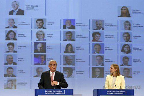 Präsident Jean-Claude Juncker (l), und die Sprecherin der EU-Kommission Natasha Bertaud präsentieren die 27 Kommissare. REUTERS