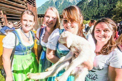"""Ramona und ihre Freundinnen warfen sich als """"Hiatamadln"""" in Schale. Fotos: VN/Steurer"""