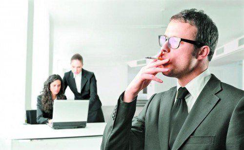 """Rauchpausen scheiden die Gemüter. Manchen Kollegen """"stinken"""" sie regelrecht zum Himmel."""