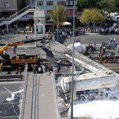 Brücke stürzt auf Autobahn