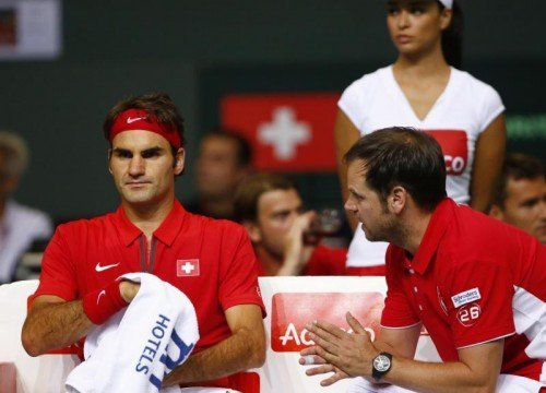 Roger Federer (links) mit dem Schweizer Teamkapitän Severin Lüthi. Foto: Reuters