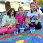 Volksschüler tauchten Straße in Farbe