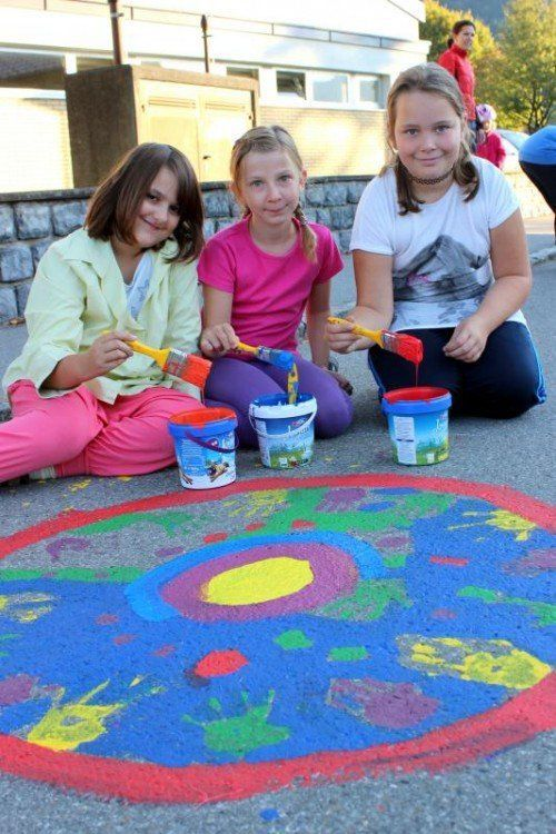 Sarina, Paula und Sarah zückten die Farbpinsel.  Foto: VN/js