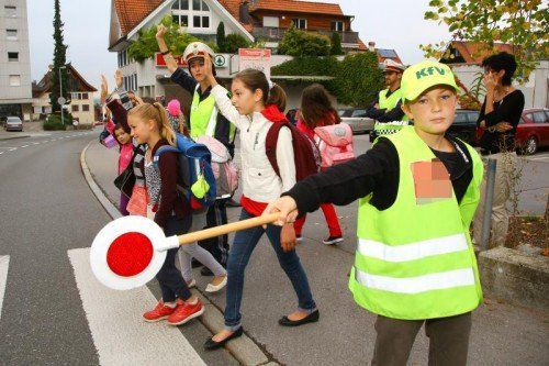So mancher Autofahrer lässt sich von einem Schülerlotsen nicht beeindrucken und hält vor dem Zebrastreifen nicht an. Foto: VN/Hofmeister