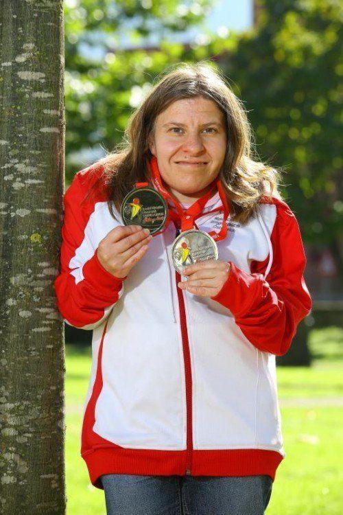 Special Olympics Athletin Bettina Burtscher aus Bludenz ist stolz auf ihre zwei Silbermedaillen. Foto: vn/Hofmeister
