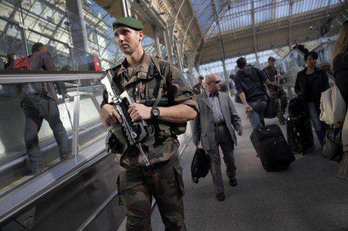 """Spezialeinheiten des französischen Militärs patrouillieren in der Gare de Lyon in Paris. Frankreich ist Mitglied der """"Anti-IS-Allianz"""".  AP"""