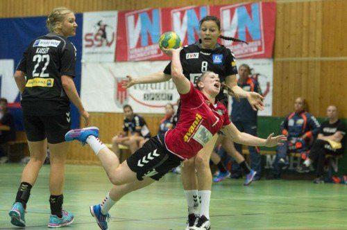 SSV-Heimkehrerin Julia Feierle setzt sich gegen Martina Goricanec durch und erzielte gegen Hypo NÖ zwei Treffer. Foto: VN/Stiplovsek