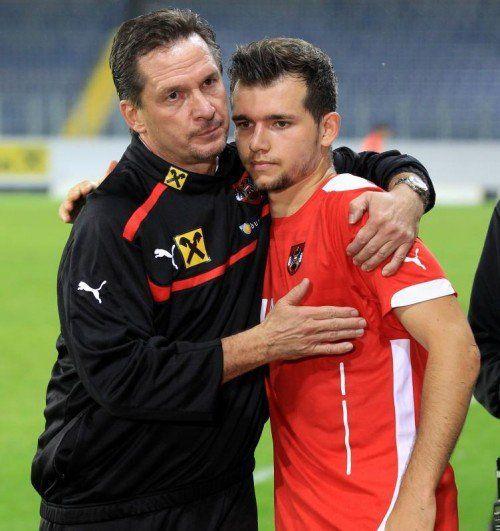 Teamchef Werner Gregoritsch (l.) tröstet Kevin Stöger. Foto: gepa