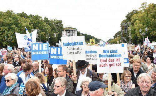 """Unter dem Motto """"Steh auf! Nie wieder Judenhass!"""" gingen in Berlin 8000 Menschen auf die Straße.  FOTO: EPA"""