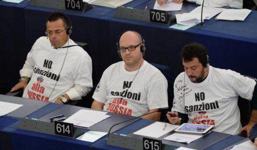 Während das EU-Ukraine-Abkommen ratifiziert wurde, demonstrierten italienische EU-Parlamentarier gegen die Russland-Sanktionen.  EPA