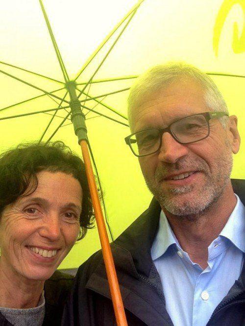 Walser mit seiner Frau auf dem Weg zur Wahlurne.  FOTO: RAUCH