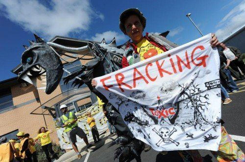 Weltweit protestieren Aktivisten für ein Fracking-Verbot. In Österreich ist keines in Aussicht. FOTO: EPA