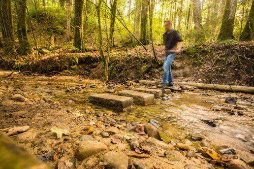 Wer den Walderlebnispfad Möggers nicht vor- und zurücklaufen möchte, muss auf eigene Gefahr durch den Bach steigen.  Foto: VN/Steurer
