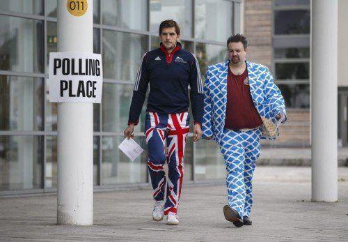 Zwei Wähler - ein Gegner (l.) und ein Befürworter(r.) der Abspaltung - gehen gemeinsam zum Wahllokal. EPA