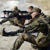 Separatisten umstellen ukrainische Soldaten