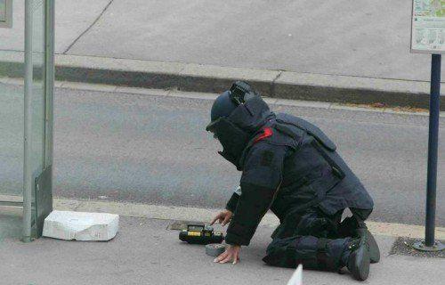 ABD0048_20141024 - WIEN - ÖSTERREICH: Ein Sprengstoffexperte am Freitag, 24. Oktober 2014, während des Einsatzes aufgrund eines Bombenalarms am Schwarzenbergplatz in Wien. - FOTO: APA/PETER HAUTZINGER