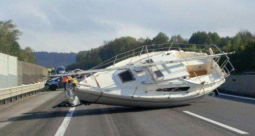 ABD0065_20141027 - KLAUSEN-LEOPOLDSDORF - ÖSTERREICH: ZU APA0300 VOM 27.10.2014 - Ein Segelboot hat am Montag, 27. Oktober 2014, auf der A21 zwischen Hochstraß und dem Knoten Steinhäusl einen kilometerlangen Stau verursacht. Es war bei einem Verkehrsunfall vom Anhänger eines Pkw gestürzt (siehe Bild). - FOTO: APA/ASFINAG/unbekannt - +++ WIR WEISEN AUSDRÜCKLICH DARAUF HIN, DASS EINE VERWENDUNG DES BILDES AUS MEDIEN- UND/ODER URHEBERRECHTLICHEN GRÜNDEN AUSSCHLIESSLICH IM ZUSAMMENHANG MIT DEM ANGEFÜHRTEN ZWECK ERFOLGEN DARF - VOLLSTÄNDIGE COPYRIGHTNENNUNG VERPFLICHTEND +++