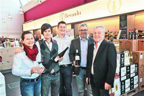 Alexandra Schweitzer, Winzer Julius Klein, Peter Bohle, Winzer Christian Temer und Helmut Gunz (v. l.) Fotos: A. Meusburger