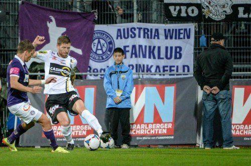 Altachs Ronald Gercaliu (rechts) mit einem Dribbling gegen Austrias Offensivmann Marco Meilinger. Foto: gepa