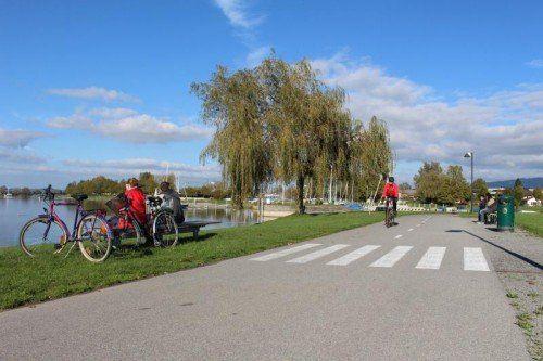 Am Bodenseeufer in Hard sollen die Radfahrer aus Rücksicht auf Fußgänger im Schritttempo fahren, so die Gemeindeverwaltung.  Foto: pes