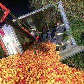 Sattelzug kippt mit 24 Tonnen Äpfeln