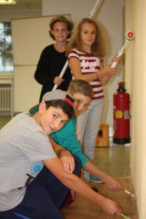 Arbeiten tatkräftig am neuen Jugendhaus mit: Noah, Paul, Sarah und Naomi.  Fotos: Zöhrer