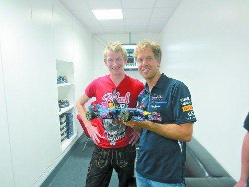 Auch Weltmeister Sebastian Vettel zeigte sich vom RB-7-Pappendeckelrenner von Paul Bischof (l.) begeistert. Foto: privat