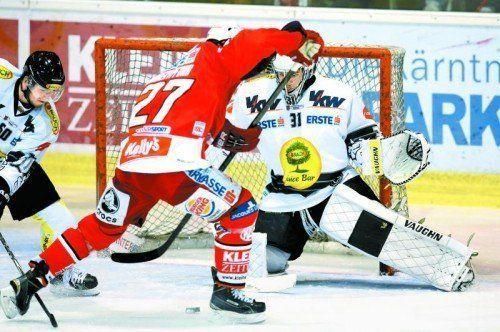 Beim 2:0 in Klagenfurt beschäftigte KAC-Stürmer Thomas Hundertpfund die Dornbirn-Cracks Alexander Jeitziner und David Madlener. Foto: gepa