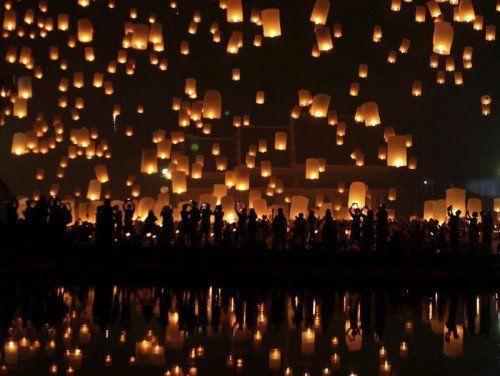 Beim traditionellen Loi-Krathong-Fest lassen die Bewohner der Stadt Chiang Mai Tausende brennende Laternen aufsteigen. Foto: EPA