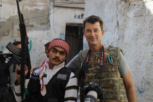 """Bevor der britische Journalist John Cantlie im November 2012 in IS-Geisel-haft kam, bereichtete er in Aleppo über die """"Freie Syrische Armee"""". AP"""