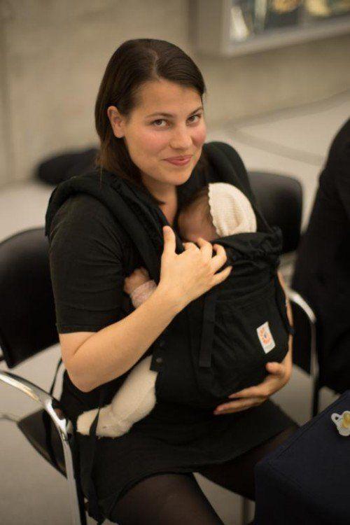 Bleibt bis Jänner im Kunsthaus Bregenz aktiv: Hannah Weinberger mit Tochter. Foto: VN/Hartinger
