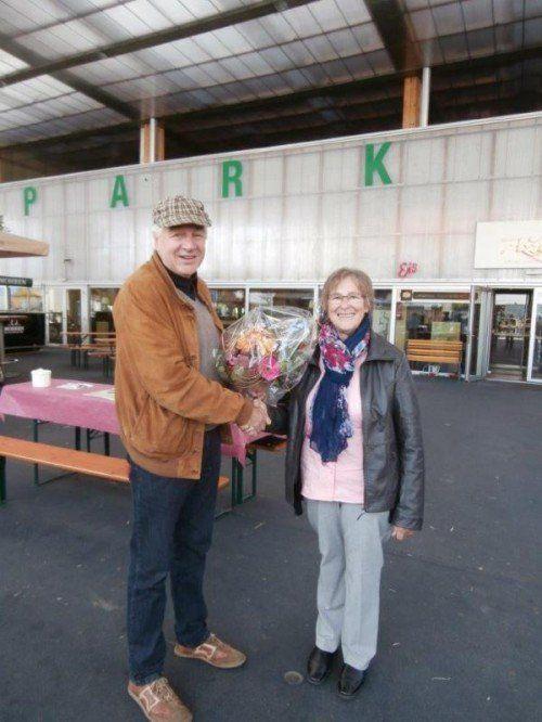 Blumen für das 200. Mitglied der Seniorenbörse.  Foto: Verein
