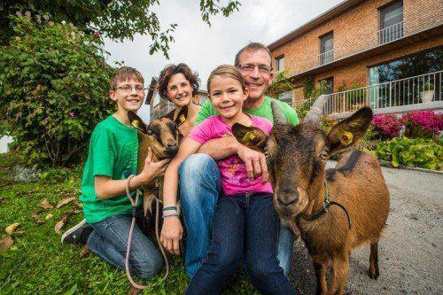Brigitte und Bertram Seeberger mit den Kindern Jonas und Lisa halten neben Kühen, Pferden, Hühnern und Enten auch Ziegen.